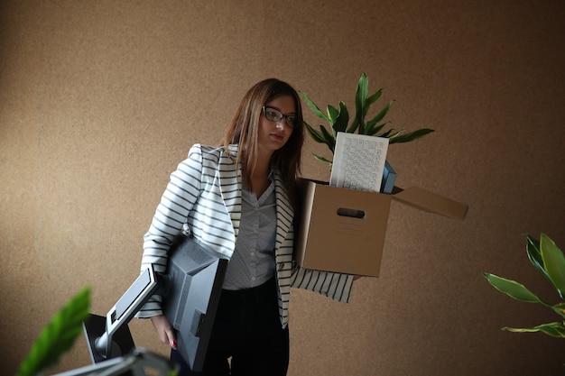Jeune Femme Renvoyée Du Travail Photo gratuit