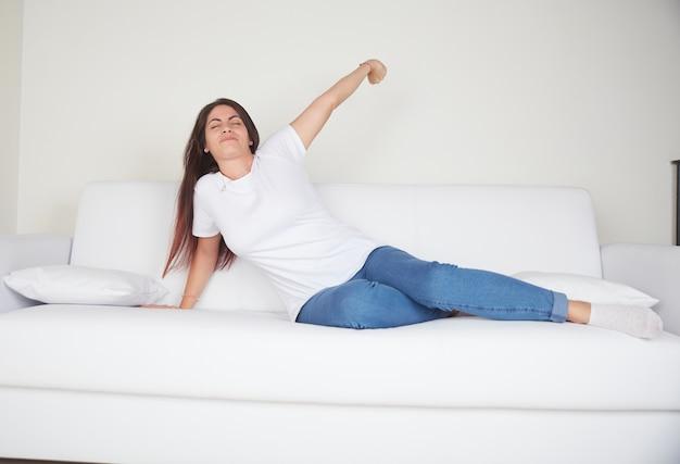 Jeune Femme Reste Sur Le Canapé Photo Premium