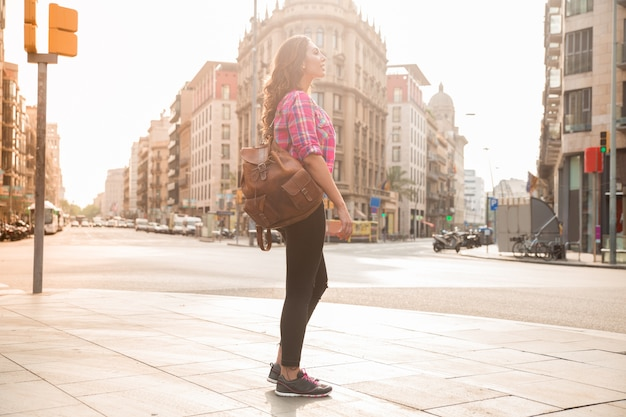 Jeune femme rêveuse debout sur la rue Photo gratuit