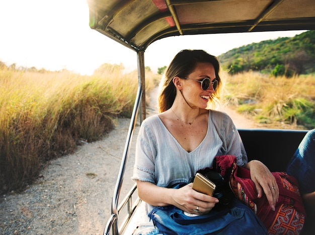 Jeune femme sur le road trip à la nature Photo gratuit
