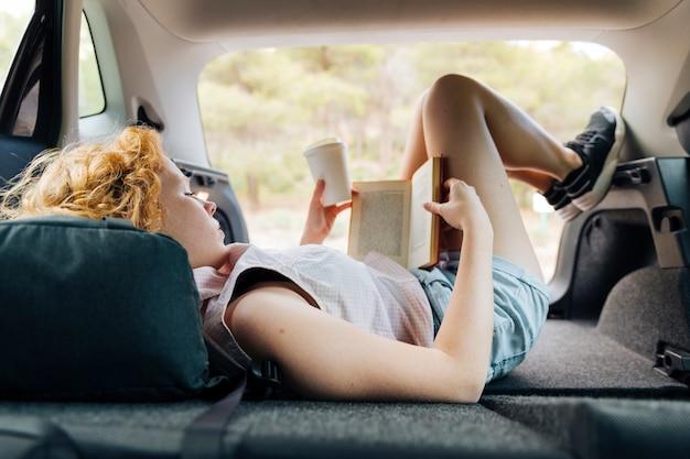 Jeune femme rousse se trouvant dans la voiture Photo gratuit