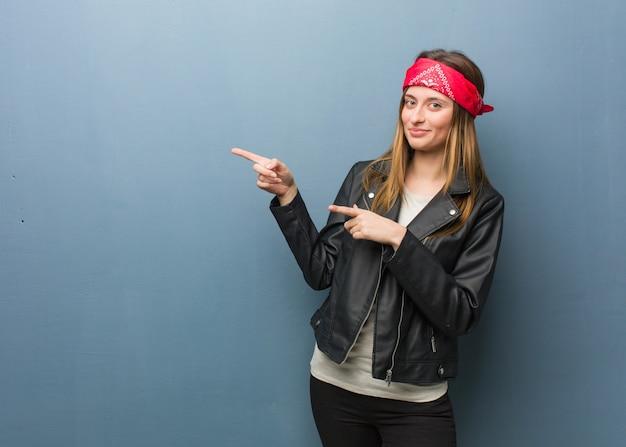 Jeune femme russe pointant sur le côté avec le doigt Photo Premium