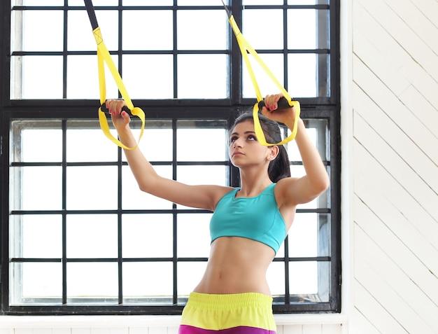 Jeune Femme S'entraînant Dans La Salle De Gym Photo gratuit