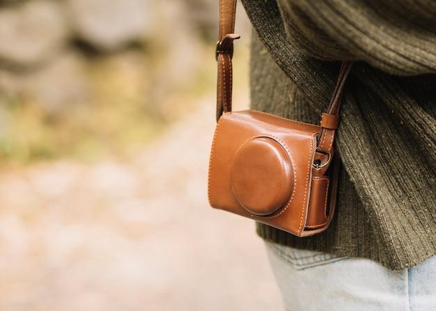 Jeune femme avec un sac photo dans la nature Photo gratuit