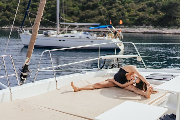 Jeune Femme Saine Et Calme, Faire Du Yoga Sur Un Voilier En Mer Photo gratuit