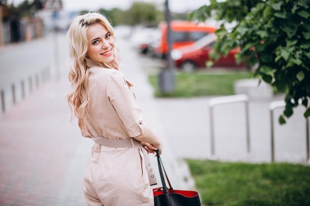 Jeune femme en salopette rose tendance Photo gratuit