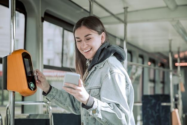 Une Jeune Femme Sans Contact Paie Les Transports En Commun Photo gratuit