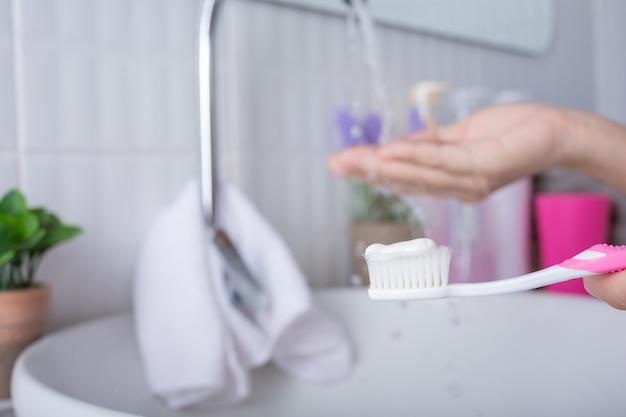 Jeune Femme Se Brosser Les Dents. Photo gratuit