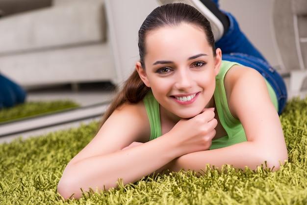 Jeune femme se détendre à la maison Photo Premium