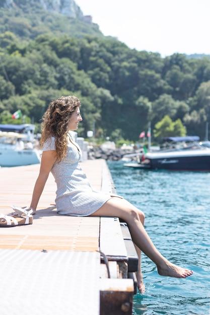 Jeune femme se détendre près de la mer Photo gratuit