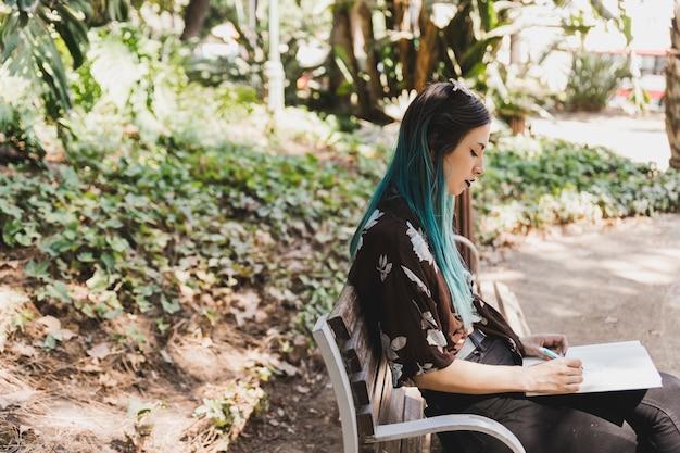 A, jeune femme, séance banc, dessin, dans, cahier Photo gratuit