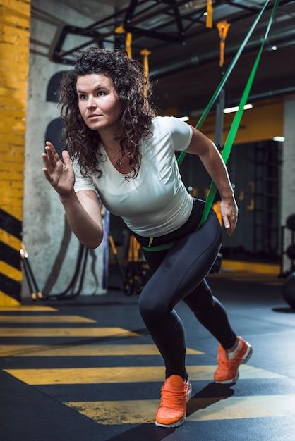 Jeune Femme, Séance D'entraînement, Dans, Gymnase Photo Premium