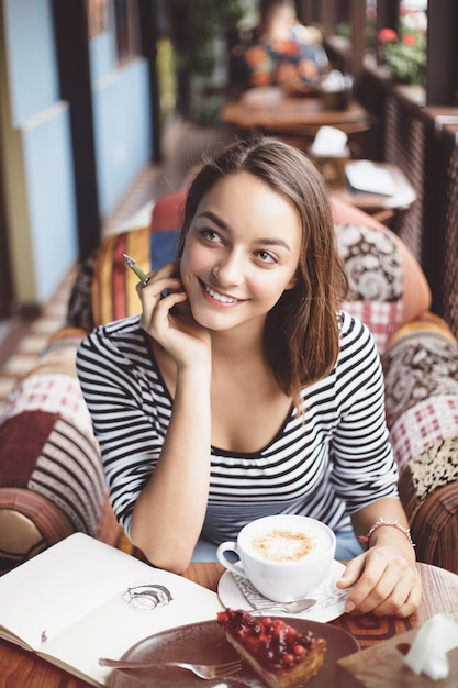 Jeune femme, séance, intérieur, dans, café urbain Photo gratuit