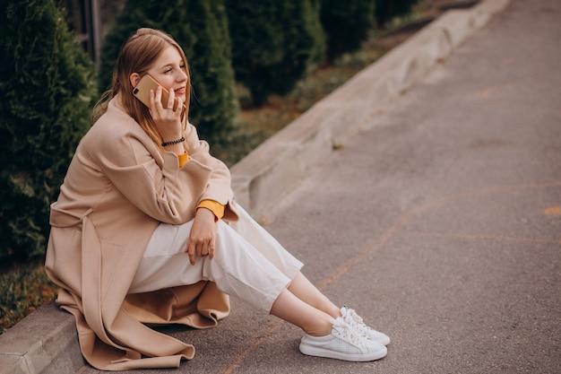 Jeune Femme, Séance, Et, Parler Téléphone Photo gratuit