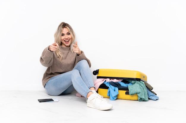 Jeune, Femme, Séance, Plancher, Valise Photo Premium