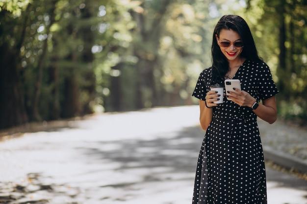 Jeune Femme Séduisante, Parler Au Téléphone Dans Le Parc Photo gratuit