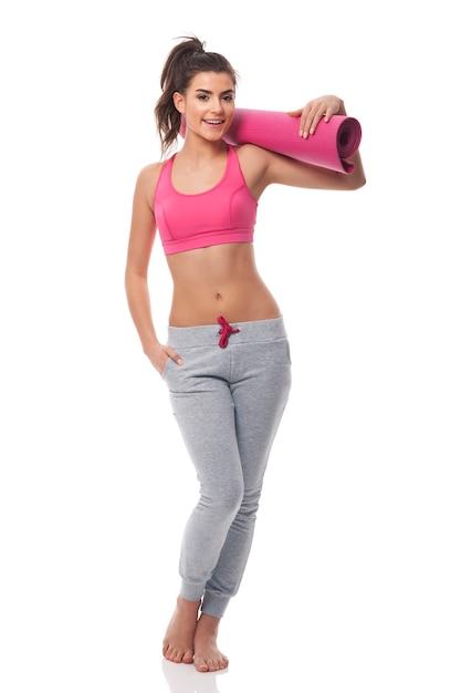 Jeune Femme Séduisante Avec Tapis D'exercice Photo gratuit