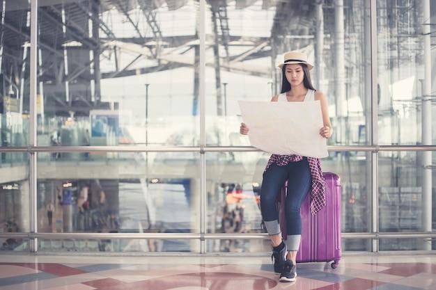 Jeune femme selfie dans un aéroport international, Photo Premium