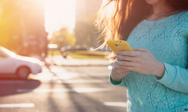 Jeune femme avec smartphone écrit Photo Premium