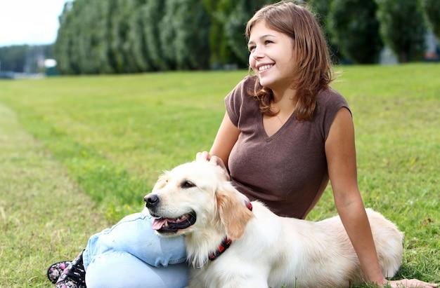 Jeune Femme Avec Son Chien Photo gratuit