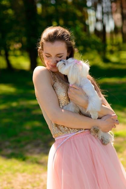 Jeune Femme Avec Son Chien Photo Premium
