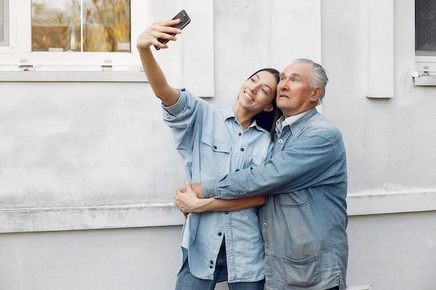 Jeune Femme Et Son Grand-père Prenant Un Selfie Photo gratuit
