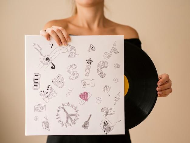 Jeune femme sortant un disque vinyle Photo gratuit