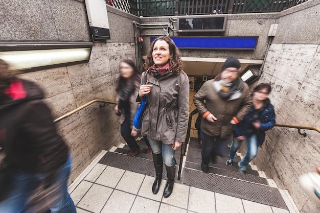 Jeune femme à la sortie du tube à londres Photo Premium