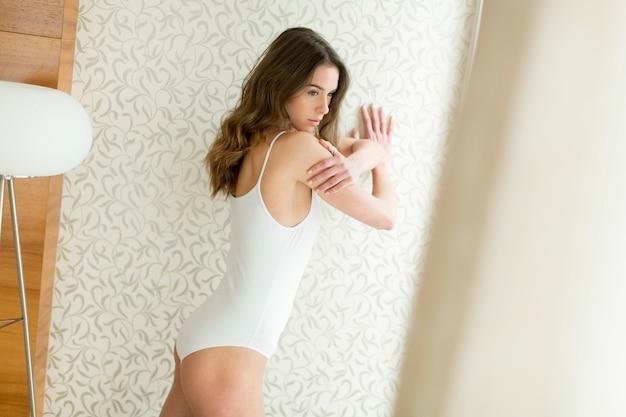 Jeune femme en sous-vêtements dans la chambre Photo Premium