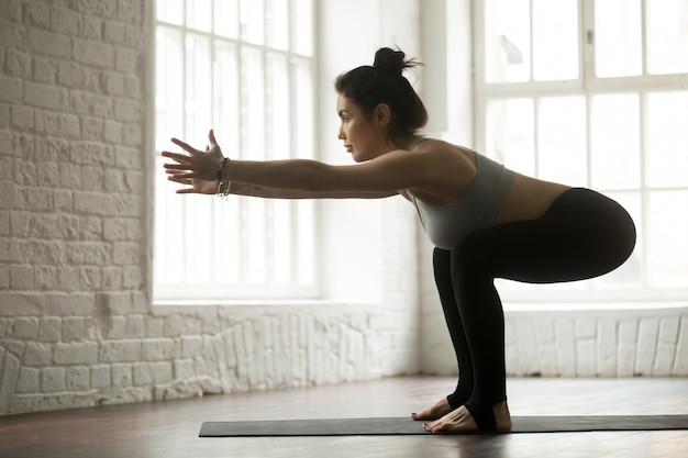 Jeune femme sportive attrayante, faire des exercices, studio loft blanc Photo gratuit