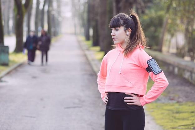 Jeune femme sportive au repos après des activités de remise en forme. Photo Premium