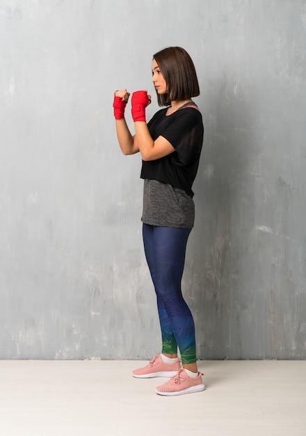 Jeune femme sportive en bandage de boxe Photo Premium
