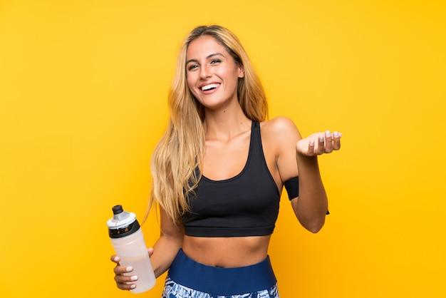 Jeune Femme Sportive Avec Une Bouteille D'eau Isolée Photo Premium