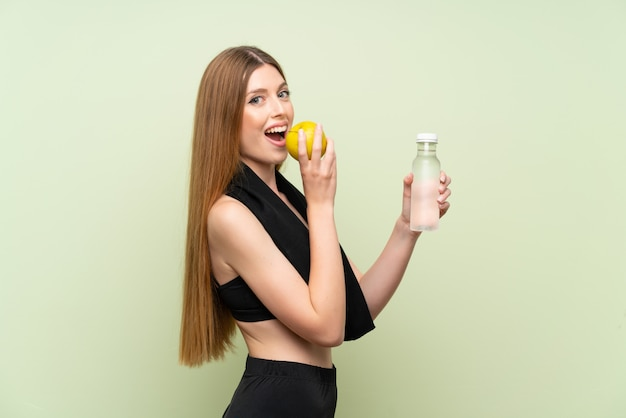 Jeune femme sportive sur une pomme verte Photo Premium