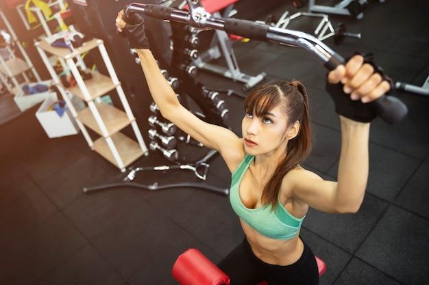 Jeune Femme Sportive En Salle De Sport Photo Premium