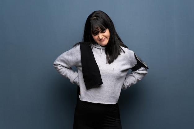 Jeune femme sportive souffrant de maux de dos pour avoir fait un effort Photo Premium