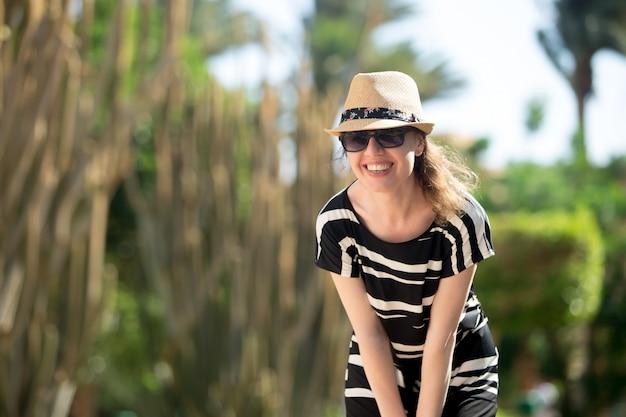 Jeune femme sur la station balnéaire tropicale Photo gratuit