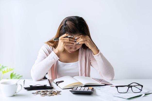 Jeune Femme Stressée, Calcul Des Dépenses Mensuelles à Domicile Photo Premium