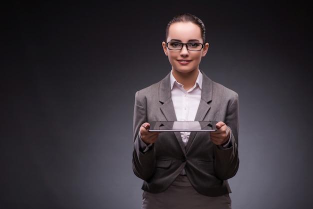 Jeune femme avec tablette en entreprise Photo Premium