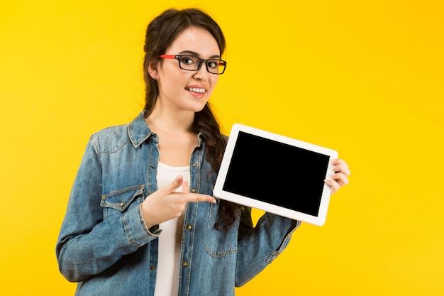 Jeune Femme Avec Tablette Numérique Photo Premium
