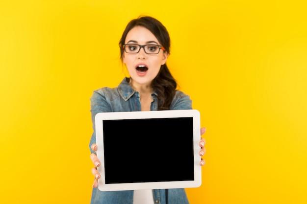Jeune femme avec tablette Photo Premium
