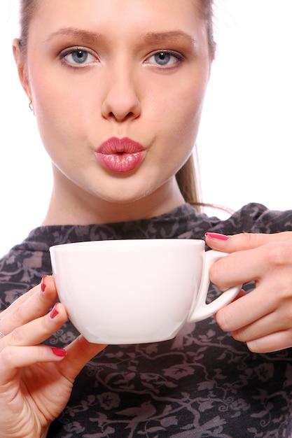 Jeune Femme Avec Une Tasse De Café Chaud Photo gratuit
