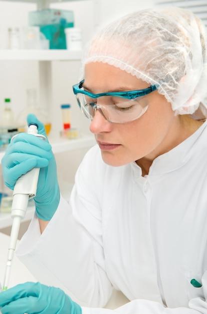 Jeune Femme Technicien Ou Scientifique Travaille En Laboratoire Photo Premium