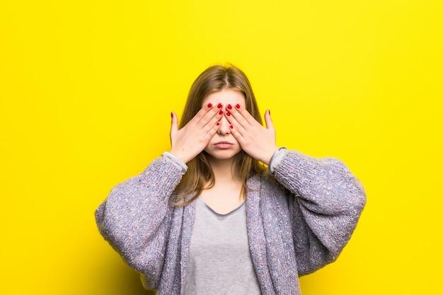 Jeune Femme Teen Couvrant Ses Yeux Isolés Photo gratuit