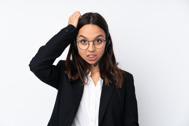 Jeune Femme Télévendeur Sur Mur Blanc Avec Une Expression De Frustration Et De Ne Pas Comprendre Photo Premium
