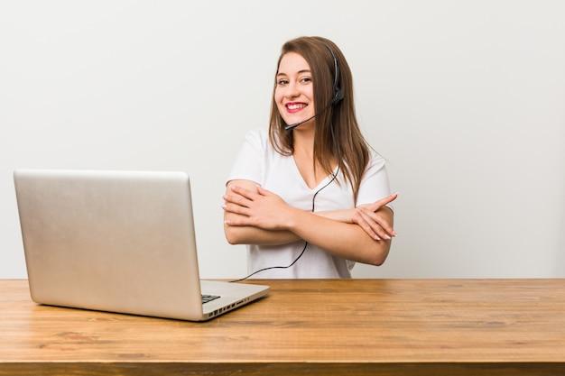 Jeune Femme Télévendeuse Qui Se Sent Confiante, Croisant Les Bras Avec Détermination Photo Premium