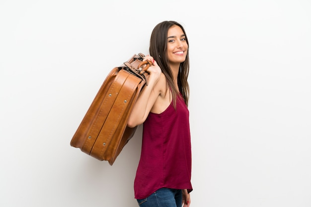 Jeune femme tenant une mallette vintage Photo Premium