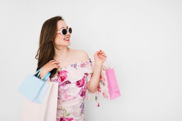 Jeune femme tenant des sacs Photo gratuit