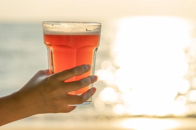 Jeune femme tenant un verre de bière Photo Premium