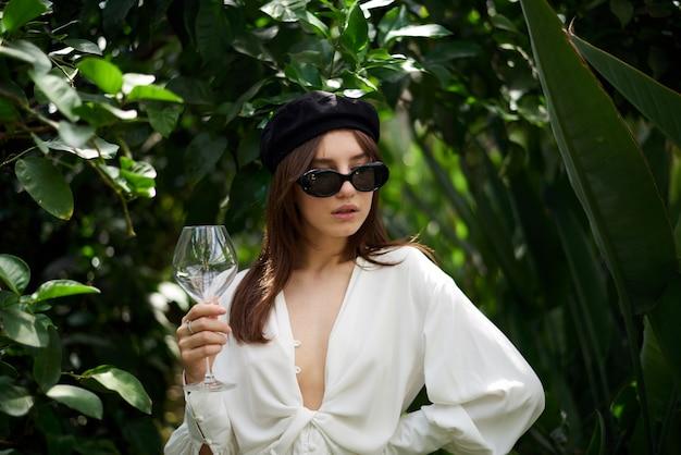 Jeune femme tenant un verre de vin Photo Premium